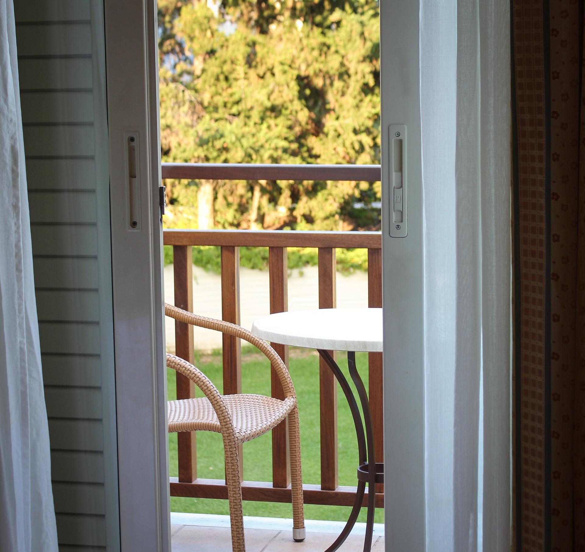 Meble balkonowe z technorattanu. Aranżujemy przestrzeń wypoczynkową