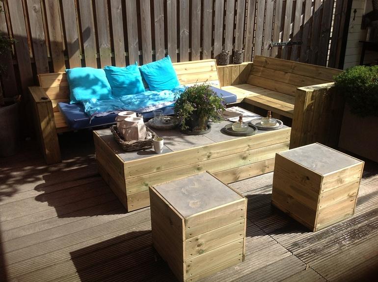 Meble ogrodowe drewniane – zalety, które wciąż doceniamy