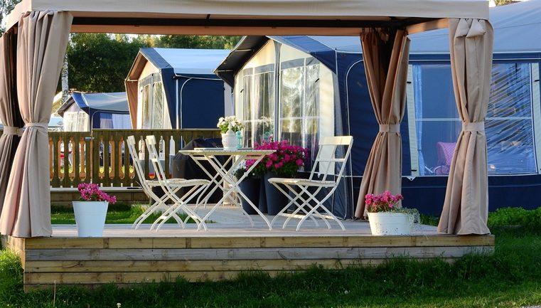 Meble ogrodowe – stacjonarnie czy online?