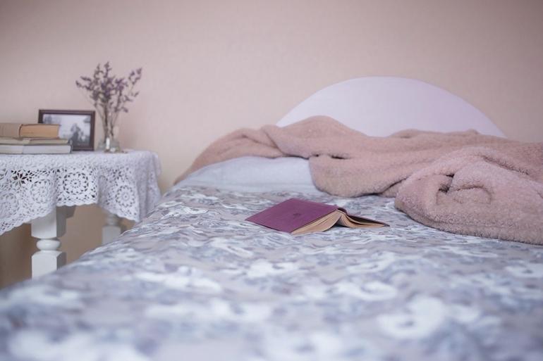 Mała przytulna sypialnia – jak ją urządzić?
